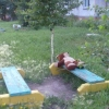 Омичка во дворе переехала скамейку с двумя подростками