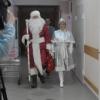 Новорожденные Омска получили от полицейского Деда Мороза автокресла