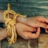 В Омской области мать и сестра избили 10-летнего мальчика и оставили в сарае