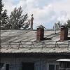 Омич принимал солнечные ванны на покатой крыше пятиэтажки