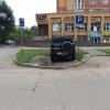 В Омске джип занял тротуар рядом с пустой парковкой