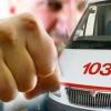 В Омске пьяный мужчина избил водителя скорой