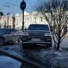 В центре Омска зафиксировали, как внедорожник припарковался на газоне