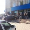 Утром на крыльцо банка в Омске заехала машина