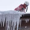 В Омске начали борьбу с сосульками и снегом