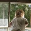 В Омской области полуторагодовалая девочка выпала из окна второго этажа