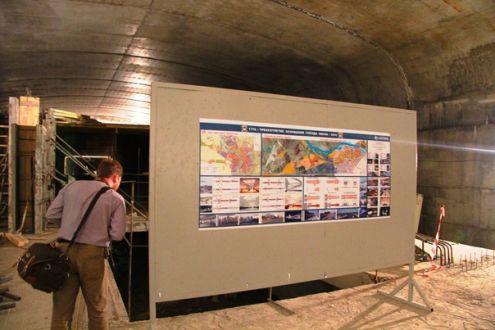 Непонятно, для кого здесь повешена схема будущего метро.  Висит явно давно.