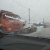 Во время снегопада в Омске легковушка угодила под мусоровоз