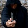 Вооруженный ножами 25-летний мужчина ограбил двоих мужчин