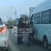 Опубликовано видео драки таксиста и водителя маршрутки в Омске