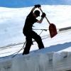 С крыши омской «Меги» упал мужчина