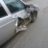 В центре Омска у «Приоры» от удара разорвало дверь