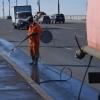 Омские дорожники отмывают бордюры и мосты