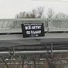 Позитивный плакат со словами омского рок-музыканта появился на мосту