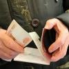 Омичка забрала у пенсионера 25 тысяч рублей, напугав денежной реформой