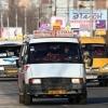 В Омске у остановки иномарка врезалась в маршрутку с 15 пассажирами