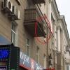 В Омске на Маркса с балкона вот-вот упадет тяжелая балка