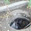 Омич вытащил горловину канализационного колодца, чтобы сдать в металлолом