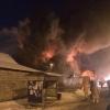 В Ленинском округе Омска сгорел комплекс с магазином, СТО и салоном красоты