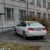 Омский автохам установил блокиратор возле подъезда и устроил себе парковку