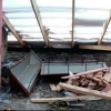 С крыши омской многоэтажки упал рабочий