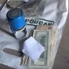 У омского дорожника в гараже обнаружили сотовые телефоны и валюту (видео)