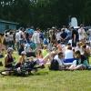Омичи на пикнике танцевали под музыку, играли в хоккей и отдыхали на траве