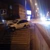 В Омске рано утром такси врезалось в подземный переход
