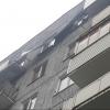 В Омске на улице Менделеева с крыши дома ветер сорвал часть кровли