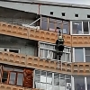 Сотрудник МЧС спас двухлетнего омича, взобравшись с 8 на 9 этаж