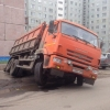 В Омске на 5-й Армии самосвал КамАЗ провалился в канализационный коллектор