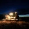 В Омской области ночами аграрии убирают пшеницу