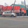 ДТП в Омске: мусоровоз и легковушка сломали столб