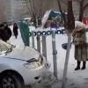 В Нефтяниках омичка перепутала педали и въехала в забор детсада