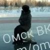 Присевшая на мемориал воинам женщина вызвала гнев в соцсетях