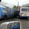 В центре Омска из-за столкновения троллейбуса и автобуса образовалась пробка