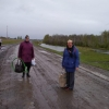 Жителям Омской области пришлось идти пешком до деревень: автобус не поехал по размокшей дороге