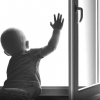 Омичей предупреждают об опасности падения детей из окон