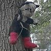 ЖКХ-арт: омича напугали распятые игрушки на деревьях