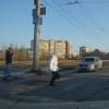 В Омске пенсионерке пришлось пробежать по «зебре», чтобы не попасть под колеса авто