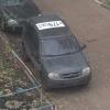 Омичи обсуждают машину с крупными номерами на крыше