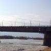 Полицейские спасли омичку, стоявшую на краю моста