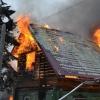 Пожарные с трудом увели омских пенсионеров из горящего дома
