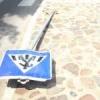В Омске на женщину упал дорожный знак
