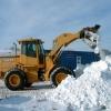 Дорожники убирают снег с помощью полиции