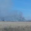 На горящую свалку в Калачинске продолжают свозить мусор