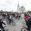 Чиновники проехали с омичами на велосипедах