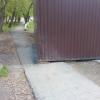 В Омске торговый ларек занял половину тротуара