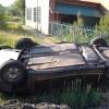 В Омске из опрокинутой машины сбежал водитель, оставив пострадавшую девушку
