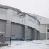 При сходе снега у Омского велоцентра оторвало часть крыши